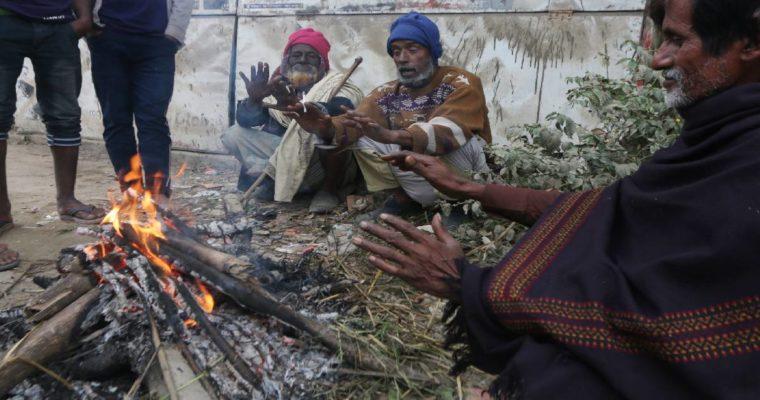 たき火で暖を取る-バングラデシュは暖房器具が無い?-