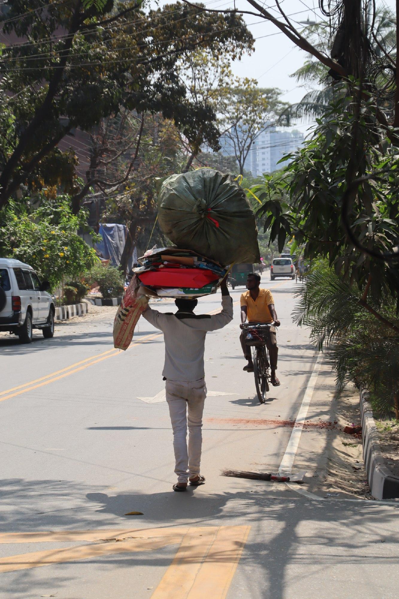 ダッカでよく見かける光景-頭に荷物をのせて歩く人たち-