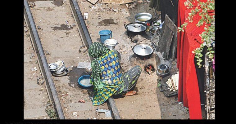 線路のすぐそばで生活しているバングラデシュの貧しい人たち