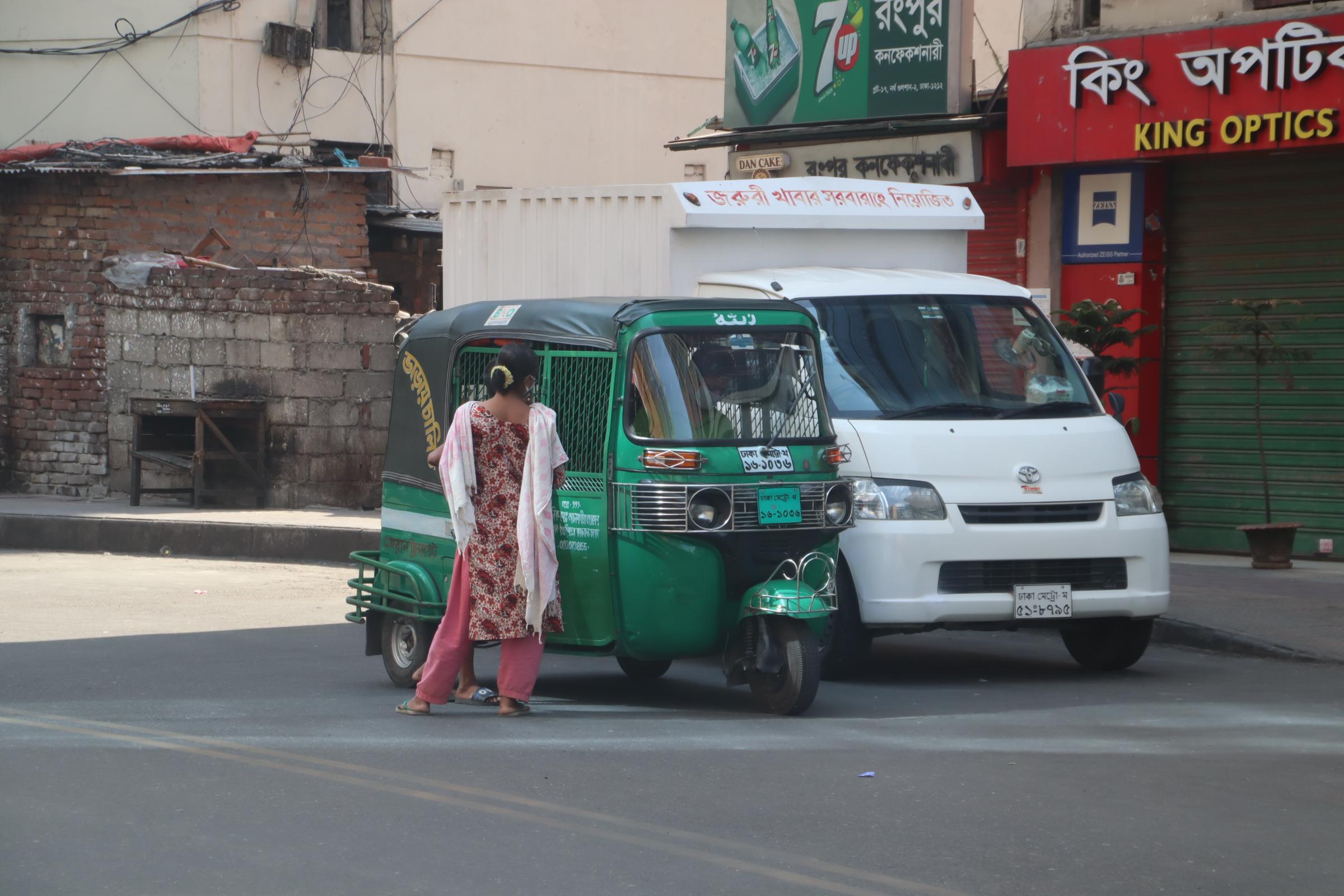 スーパー付近で物乞いが急増、バングラデシュ・ダッカ