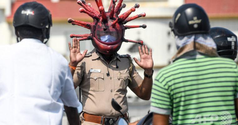 インドの警察官ふざけてる?新型コロナのヘルメットで注意喚起