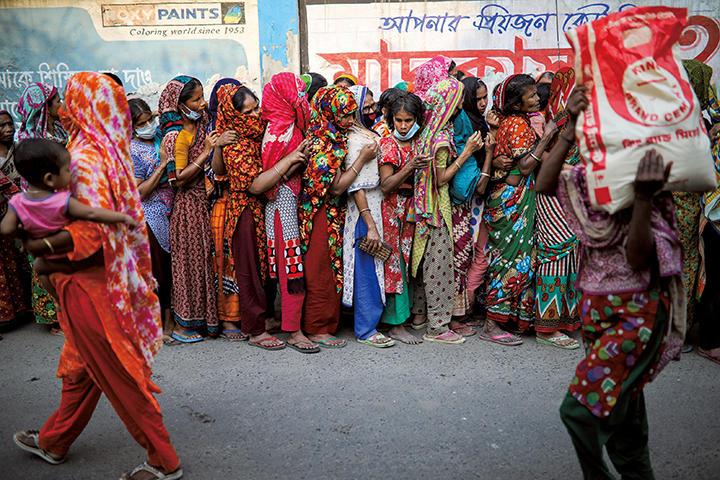 新型コロナの物資配給に「社会的距離ゼロ」と報じられたバングラデシュ