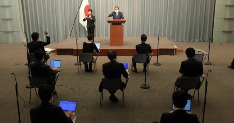 10万円給付対象、菅官房長官会見で国内在住者のみを示唆