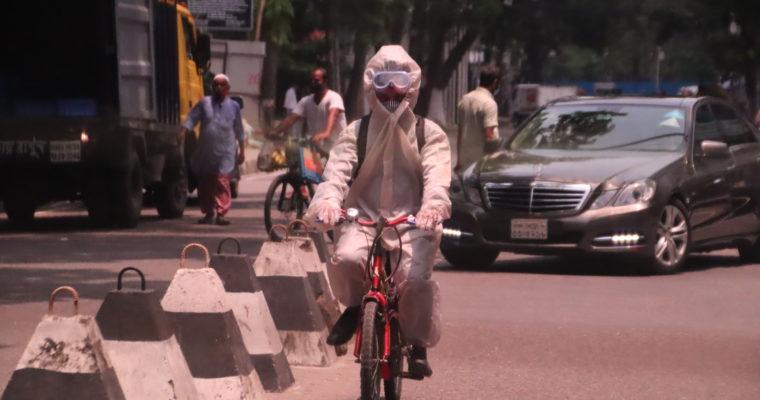 ダッカでよく見かける光景-最近のダッカ市民の格好について-