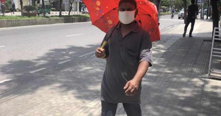新型コロナの感染予防?ダッカでは「日傘男子」ブーム到来か