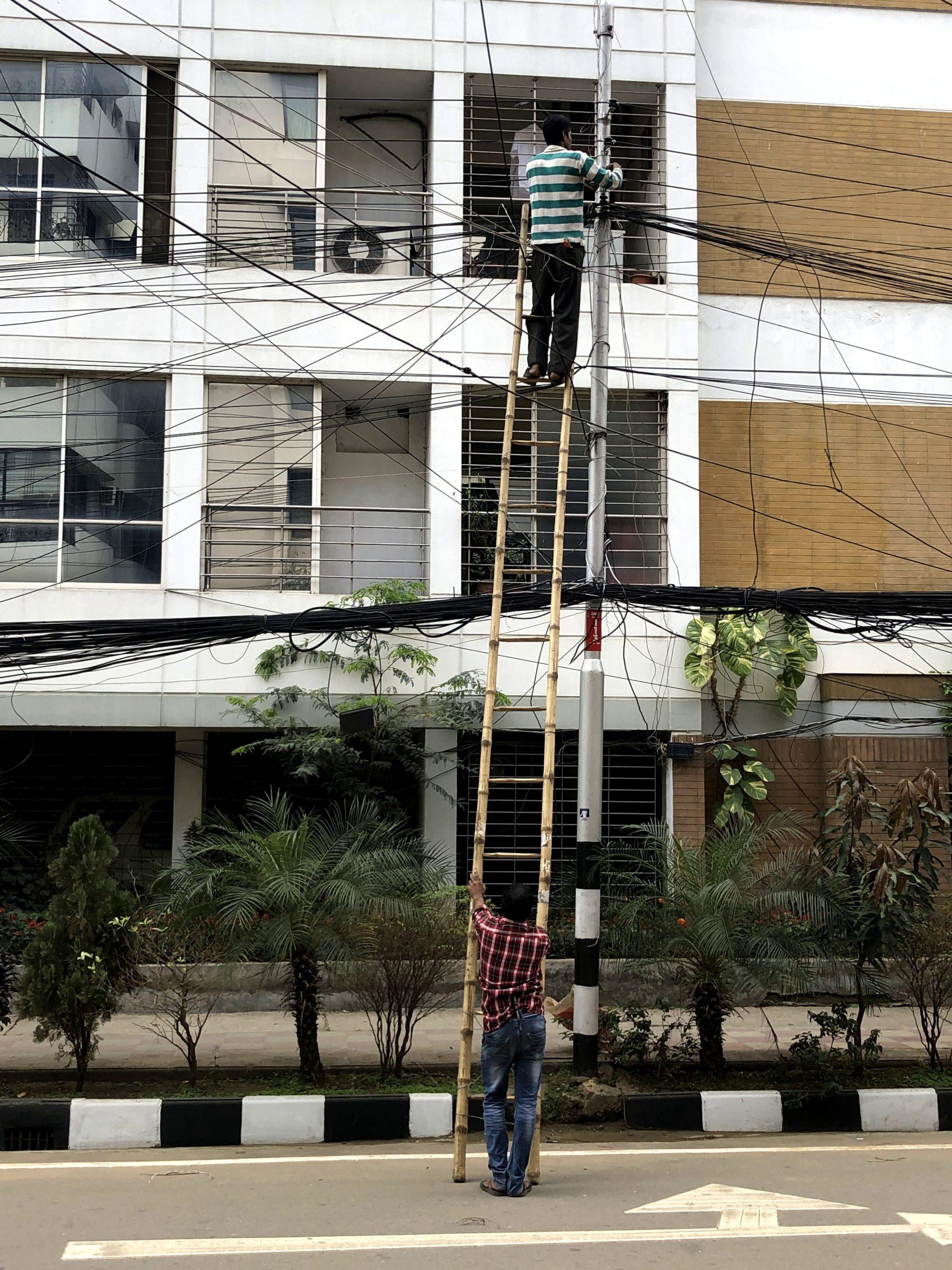 ダッカでよく見かける光景-電線をいじくりまわす人たち-