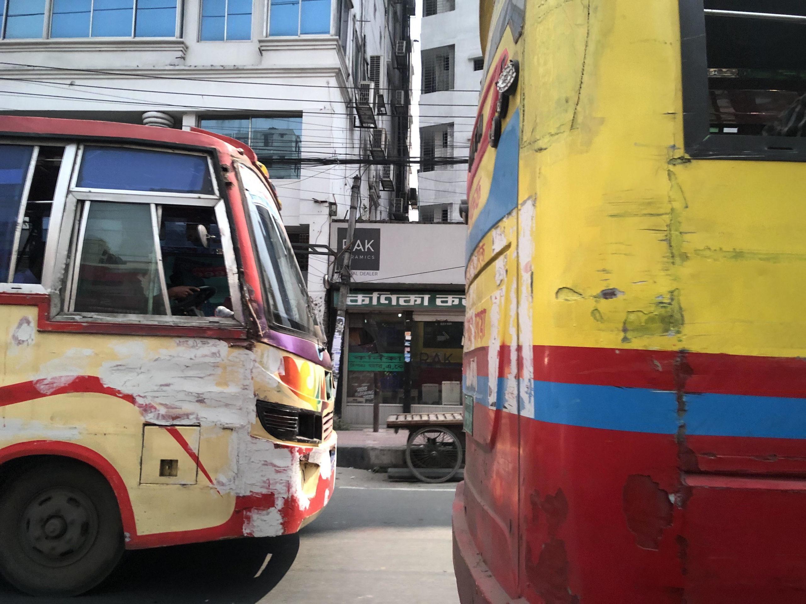 ダッカでよく見かける光景-ボロボロだけど色鮮やかなバス-