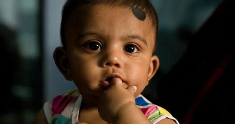 バングラデシュの風習、乳児のおでこに黒丸描き、無病息災を願う