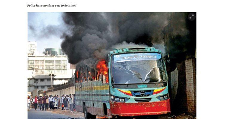 12日、ダッカ市内で9台のバスが相次いで炎上、爆弾の爆発も