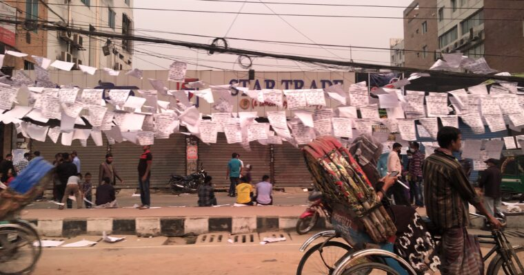 バングラデシュの選挙、街中が紙だらけになる