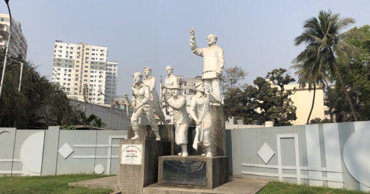 バングラデシュの国父ムジブル・ラーマン像が、中国の毛沢東像とそっくりな件