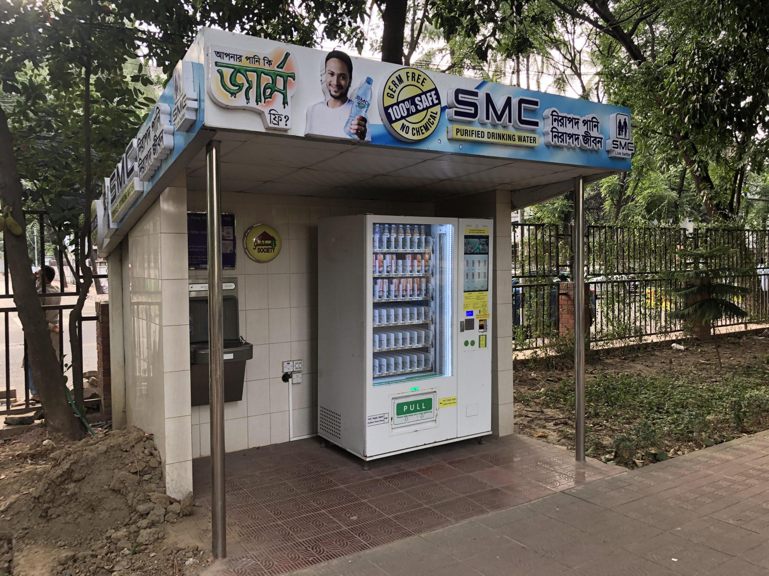 ダッカで唯一の自動販売機!?@グルシャンレイクパーク