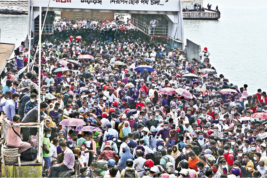 人!人!人!!イード前の帰省ラッシュで、バングラデシュのフェリーターミナルがごった返す