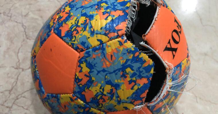 バングラデシュで買った激安サッカーボールが破裂!!