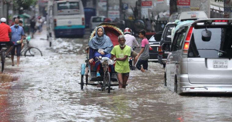 ダッカでよく見かける光景-大雨で道路が川になる-