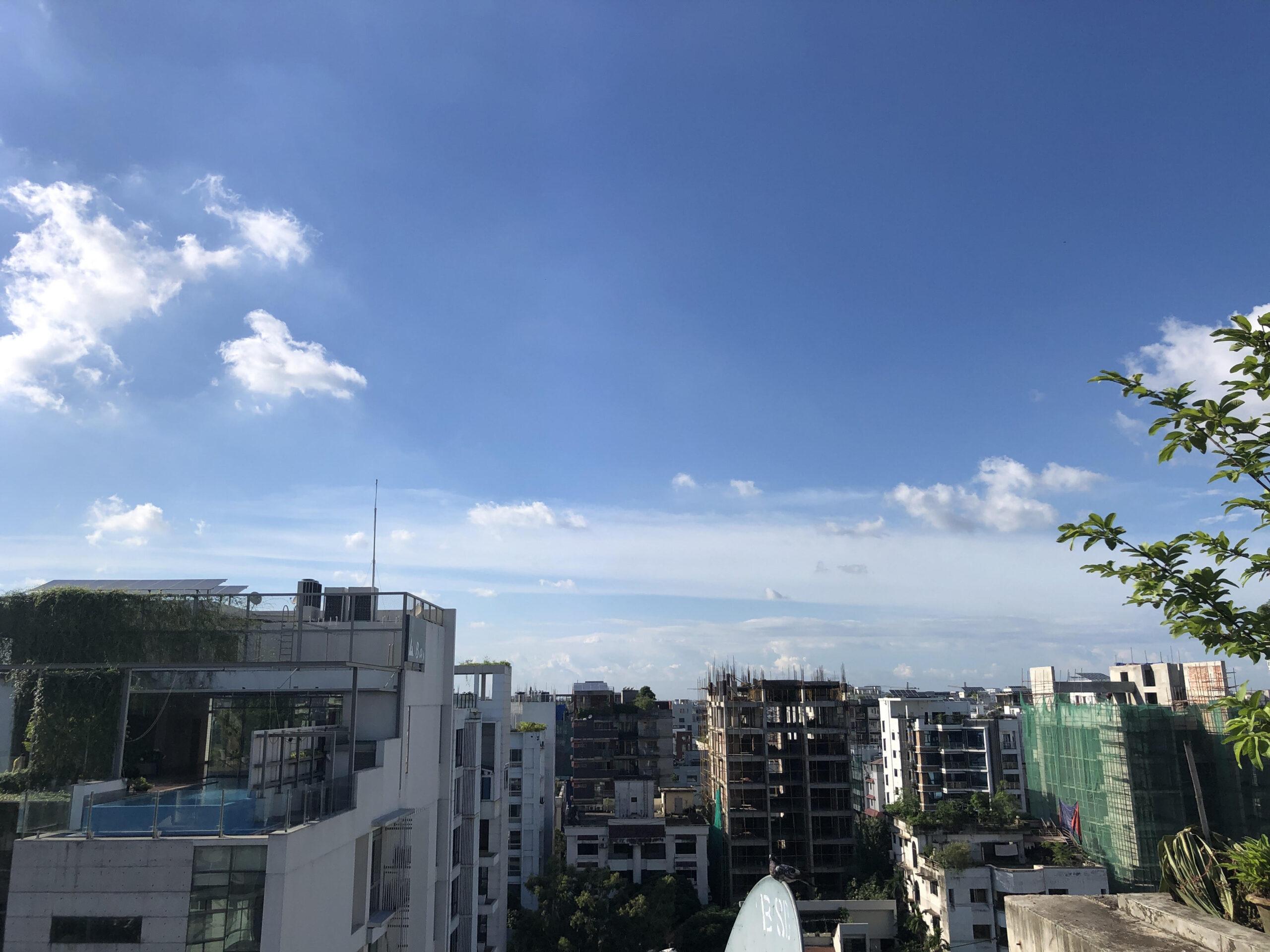 ダッカで珍しい青空、澄んだ空気に癒される