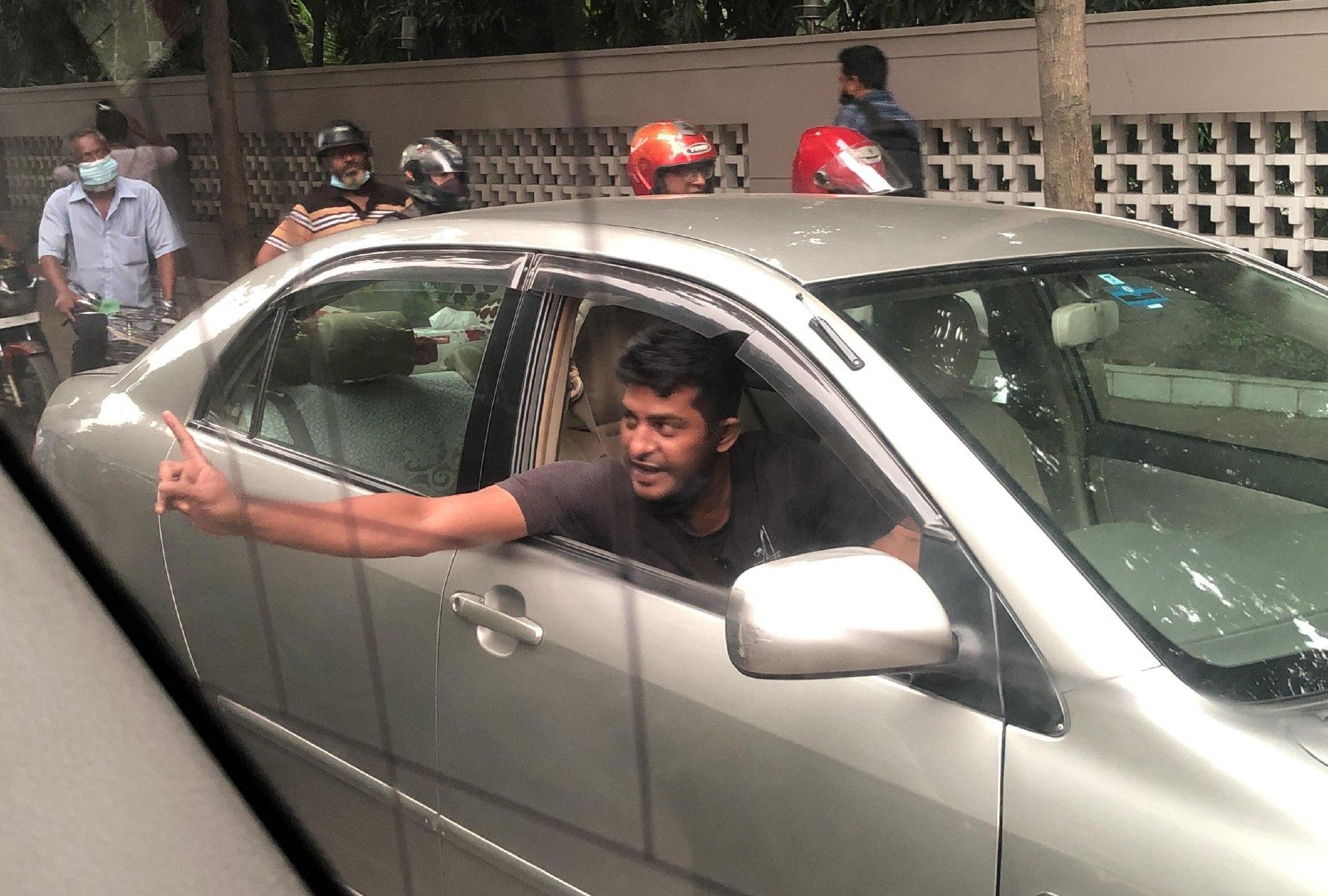 ダッカでよく見かける光景-路上で運転手同士が喧嘩-